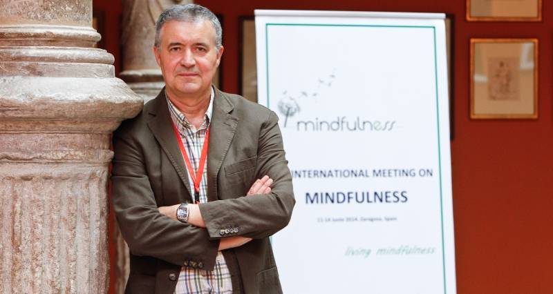El doctor Javier García Campayo, la semana pasada en el Patio de la Infanta en Zaragoza. - Foto: CHUS MARCHADOR